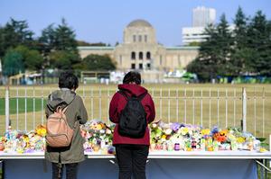 明治神宮外苑東京デザインウィーク火災現場の佐伯健仁君の献花台に火事から1週間後もお供え手を合わす人絶えず